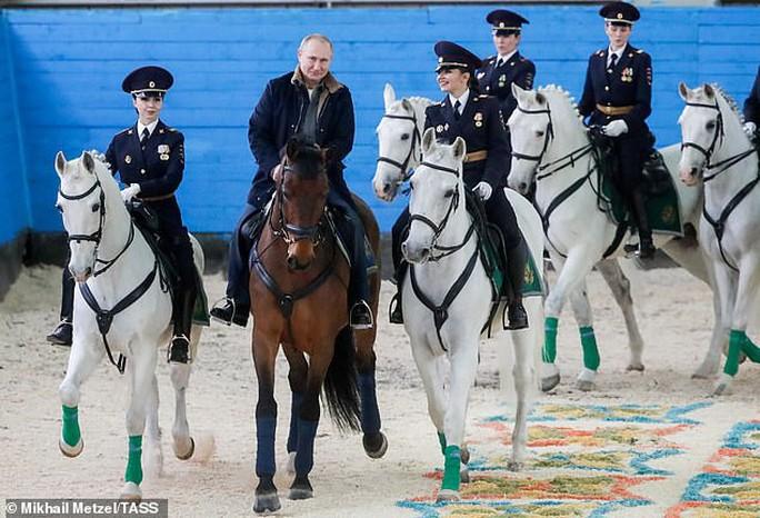 Ông Putin đầy nam tính giữa đoàn kỵ binh nữ - Ảnh 1.