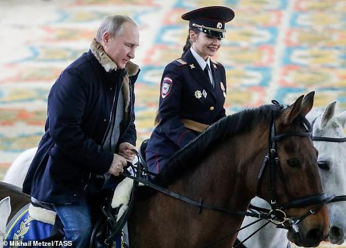 Ông Putin đầy nam tính giữa đoàn kỵ binh nữ - Ảnh 2.