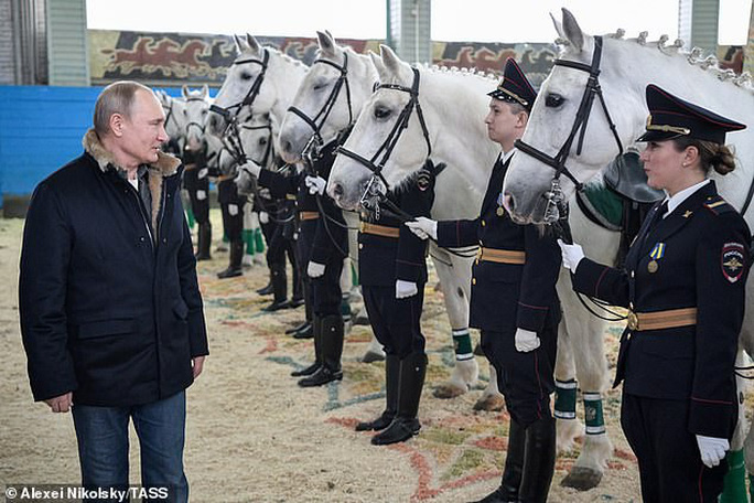 Ông Putin đầy nam tính giữa đoàn kỵ binh nữ - Ảnh 3.