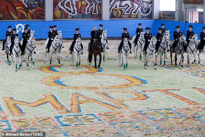 Ông Putin đầy nam tính giữa đoàn kỵ binh nữ - Ảnh 4.