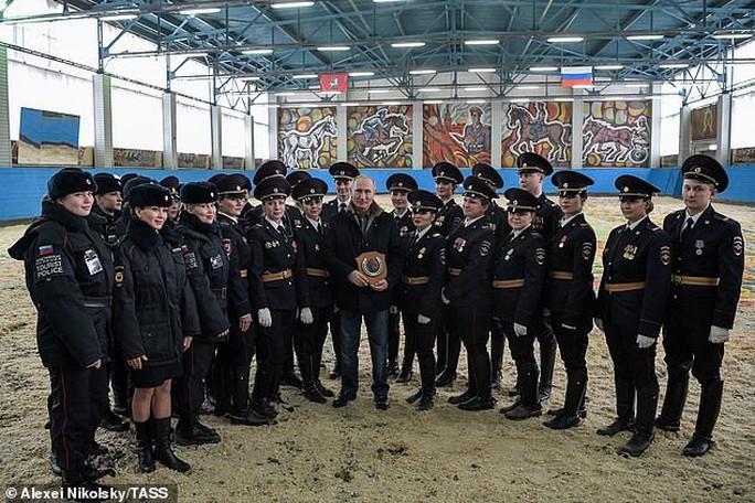 Ông Putin đầy nam tính giữa đoàn kỵ binh nữ - Ảnh 5.