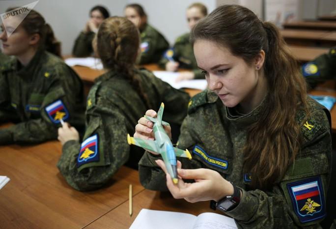 Ông Putin đầy nam tính giữa đoàn kỵ binh nữ - Ảnh 8.