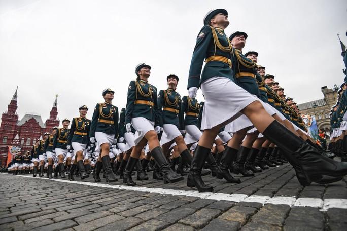 Ông Putin đầy nam tính giữa đoàn kỵ binh nữ - Ảnh 9.