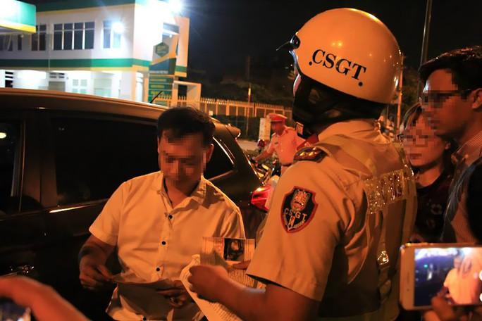 Gặp chốt CSGT, tài xế dùng chiêu đổi tài, xin uống nước nhưng vẫn bị giam xe - Ảnh 6.
