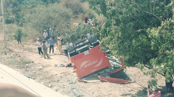Xe chở đoàn khách Hàn Quốc gặp nạn ở Bình Thuận - Ảnh 2.