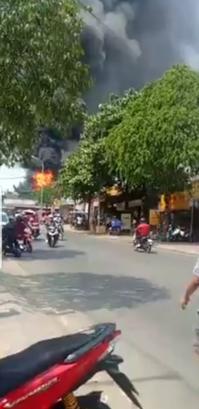 Cháy kho hóa chất,  dân giáp ranh TP HCM- Bình Dương hoảng loạn - Ảnh 2.