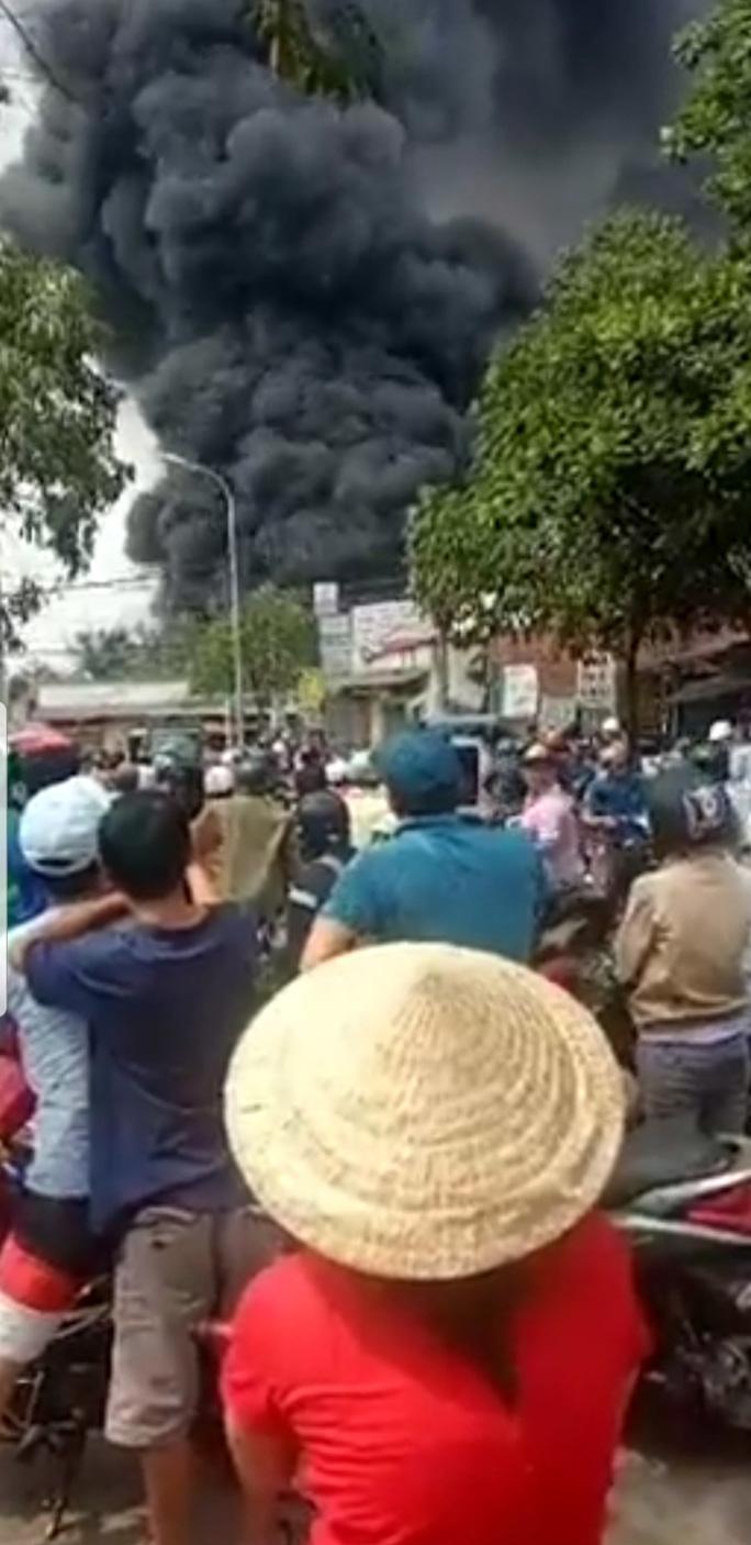 Cháy kho hóa chất,  dân giáp ranh TP HCM- Bình Dương hoảng loạn - Ảnh 3.