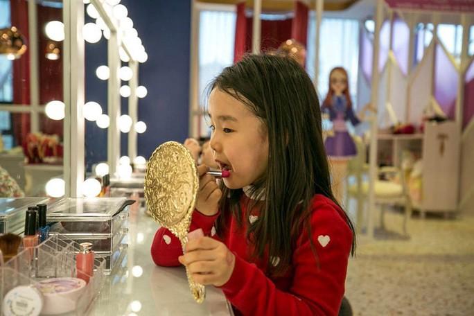 Son môi trong trường mẫu giáo ở Hàn Quốc - Ảnh 1.