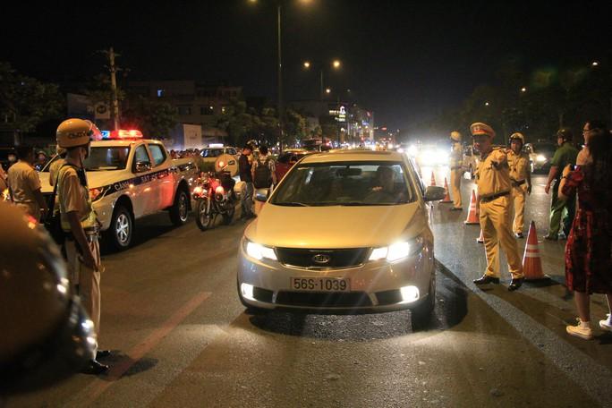 Gặp chốt CSGT, tài xế dùng chiêu đổi tài, xin uống nước nhưng vẫn bị giam xe - Ảnh 1.