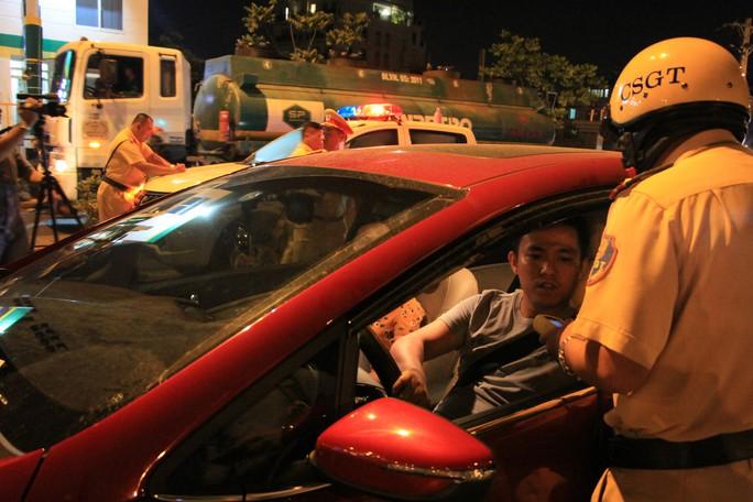 Gặp chốt CSGT, tài xế dùng chiêu đổi tài, xin uống nước nhưng vẫn bị giam xe - Ảnh 2.