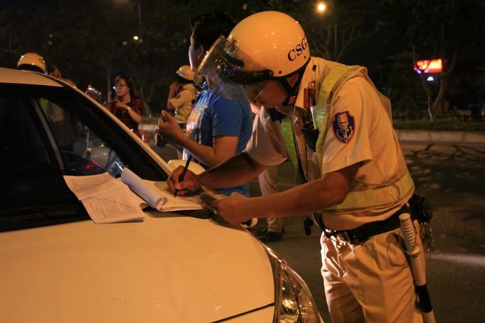 Gặp chốt CSGT, tài xế dùng chiêu đổi tài, xin uống nước nhưng vẫn bị giam xe - Ảnh 5.