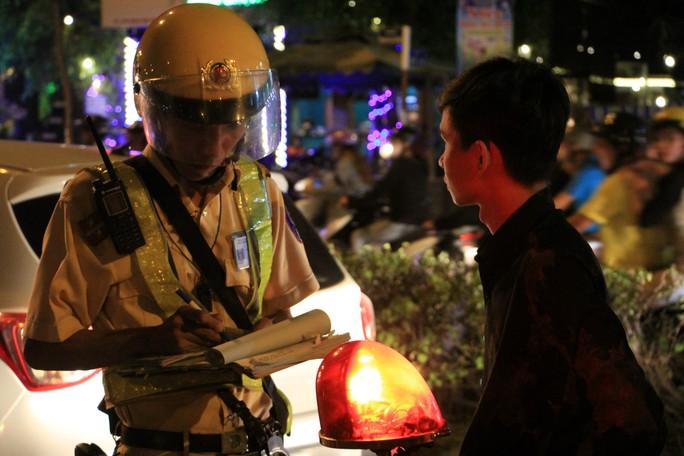 Gặp chốt CSGT, tài xế dùng chiêu đổi tài, xin uống nước nhưng vẫn bị giam xe - Ảnh 3.