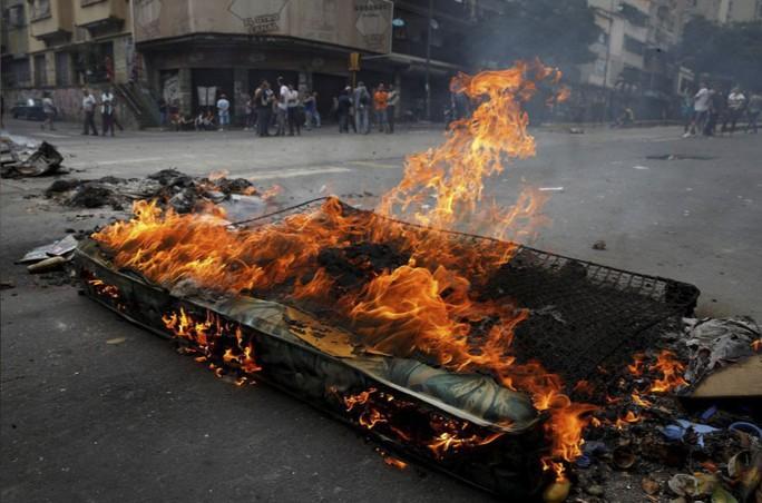 Venezuela: Người dân phóng hỏa gần dinh tổng thống vì mất điện - Ảnh 1.