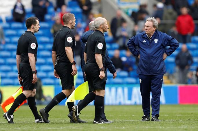 Chelsea được trọng tài 2 phen giải cứu, Cardiff ấm ức chờ rớt hạng - Ảnh 6.