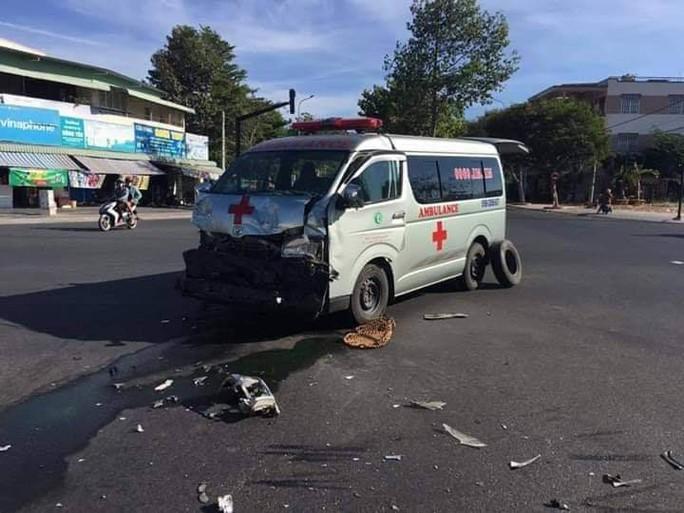 Kinh hoàng xe cứu thương vượt đèn đỏ, đâm xe bán tải lăn nhiều vòng - Ảnh 1.