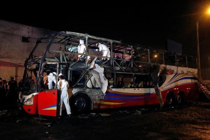 Xe buýt bất ngờ tự bốc cháy, gần 30 người thương vong - Ảnh 1.