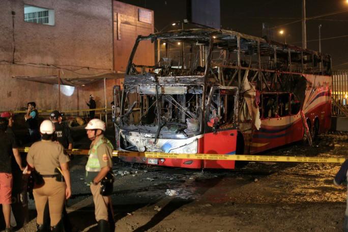 Xe buýt bất ngờ tự bốc cháy, gần 30 người thương vong - Ảnh 2.