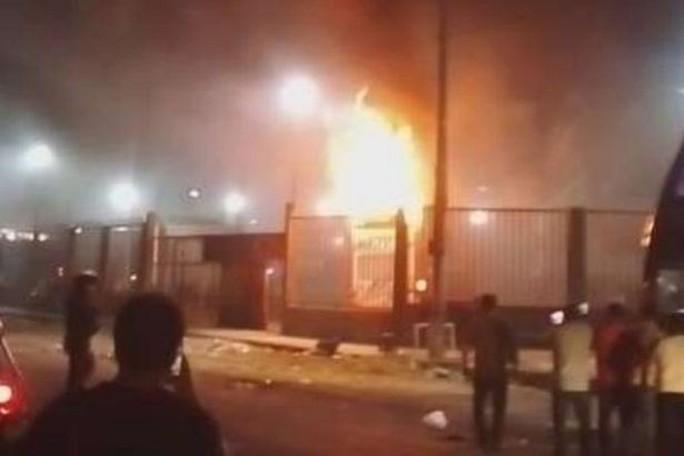 Xe buýt bất ngờ tự bốc cháy, gần 30 người thương vong - Ảnh 3.