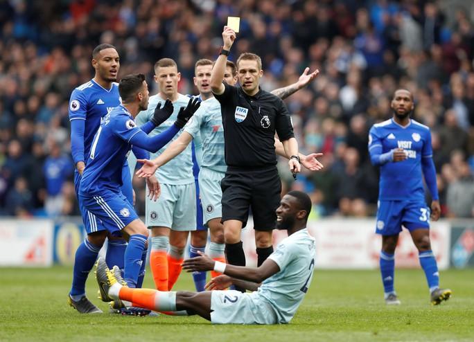 Chelsea được trọng tài 2 phen giải cứu, Cardiff ấm ức chờ rớt hạng - Ảnh 3.