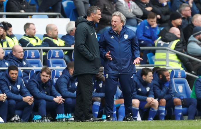 Chelsea được trọng tài 2 phen giải cứu, Cardiff ấm ức chờ rớt hạng - Ảnh 5.