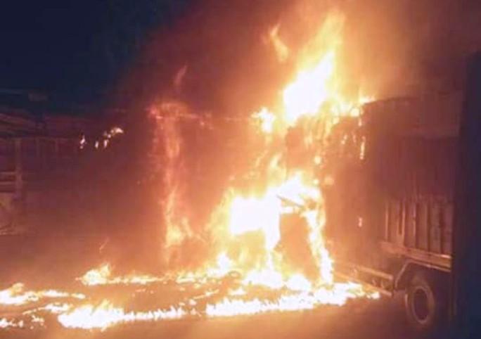 Xe tải tông nhau cháy dữ dội trên quốc lộ 1A, 2 người chết cháy trong cabin - Ảnh 1.