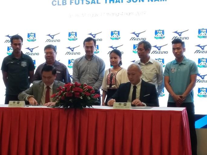 Futsal Thái Sơn Nam tiếp tục được thương hiệu Mizuno tài trợ trang phục - Ảnh 1.