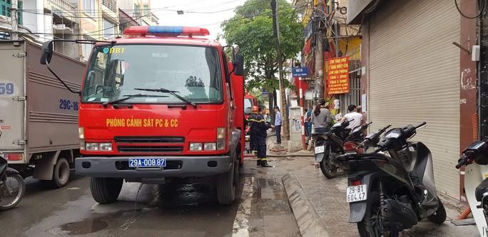 Giải cứu 9 người trong đám cháy lớn bùng phát nhanh ở Hà Nội - Ảnh 2.