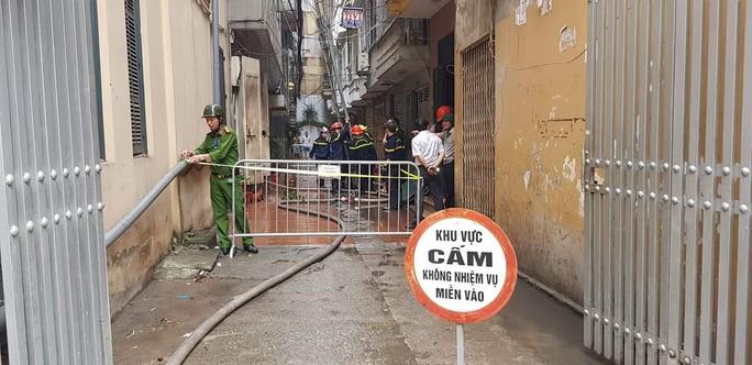 Giải cứu 9 người trong đám cháy lớn bùng phát nhanh ở Hà Nội - Ảnh 3.