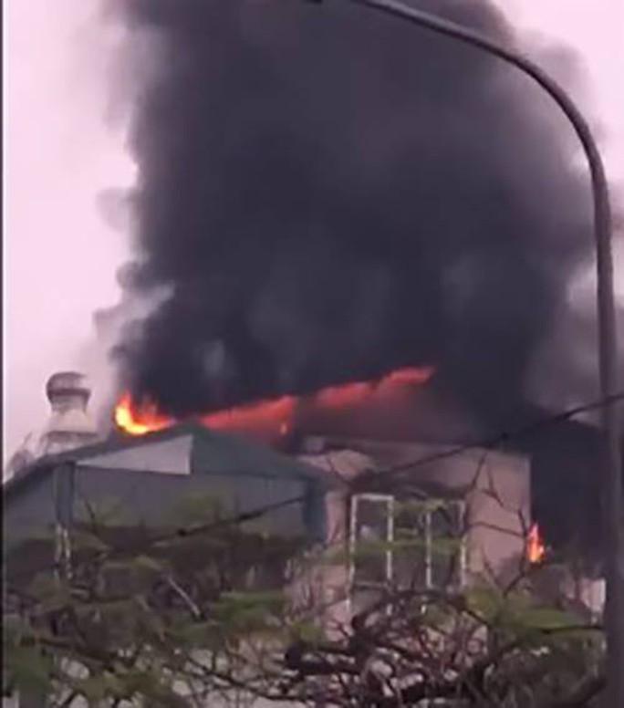 Giải cứu 9 người trong đám cháy lớn bùng phát nhanh ở Hà Nội - Ảnh 1.