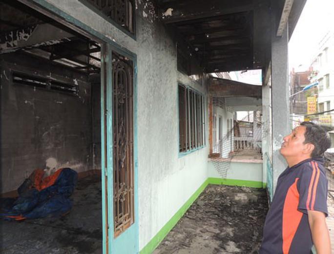 Khốn đốn vì trụ điện phóng hỏa gây cháy nhà - Ảnh 1.