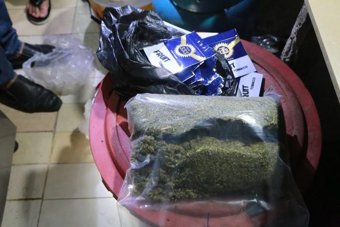 Cảnh sát sử dụng chó nghiệp vụ triệt phá 6 điểm mua bán ma túy - Ảnh 2.