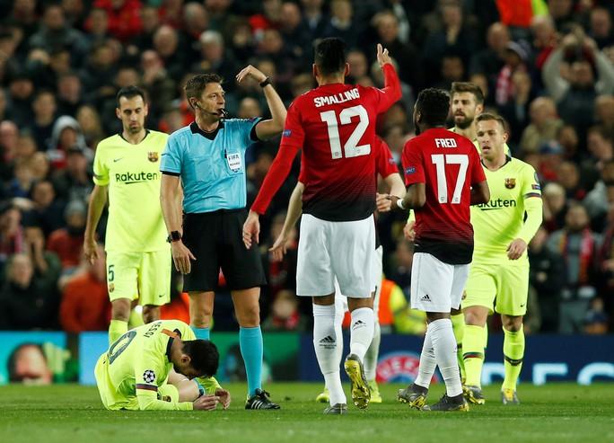 """Trọng tài Rocchi có thiên vị Barcelona, """"triệt"""" Man United? - Ảnh 5."""