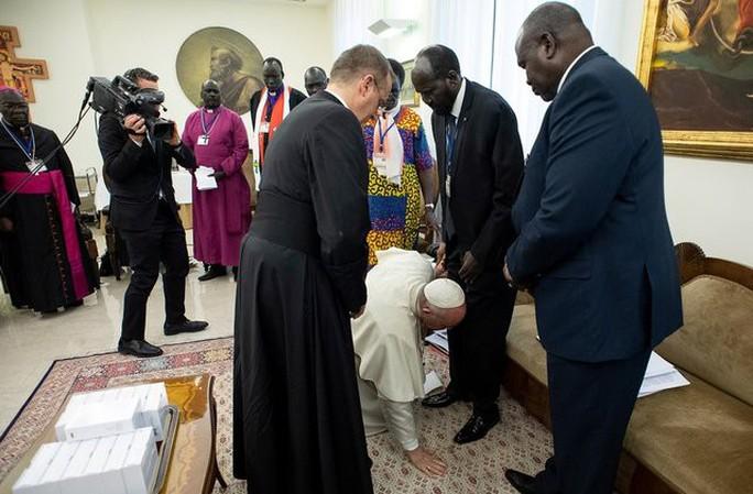 Giáo hoàng Francis quỳ gối hôn chân các lãnh đạo Nam Sudan - Ảnh 1.
