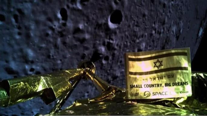 Tàu vũ trụ bổ nhào xuống mặt trăng - Ảnh 1.