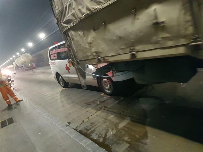 Tai nạn liên hoàn giữa 4 xe ô tô trong hầm Hải Vân - Ảnh 1.