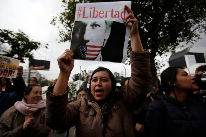 Định trốn sang Nhật Bản, trợ lý của ông chủ Wikileaks bị bắt - Ảnh 2.