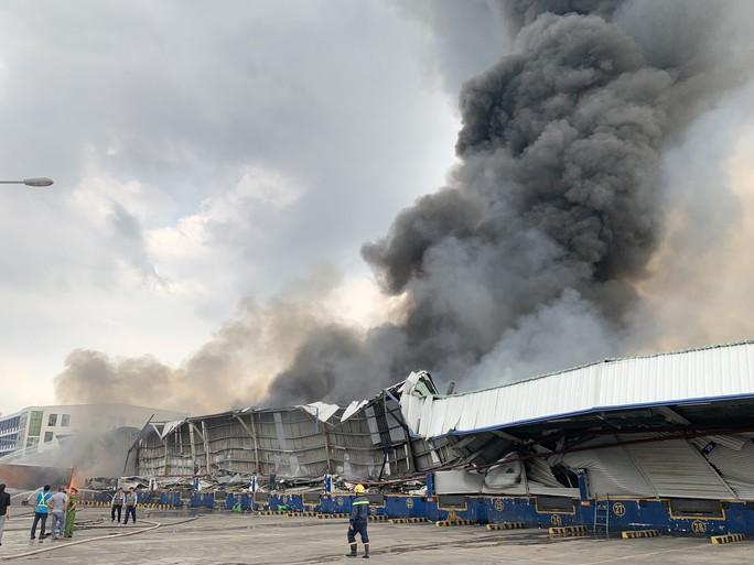CLIP: Đang cháy dữ dội tại KCN Sóng Thần 2, giáp ranh TPHCM – Bình Dương - Ảnh 2.
