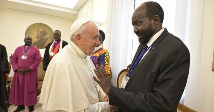 Giáo hoàng Francis quỳ gối hôn chân các lãnh đạo Nam Sudan - Ảnh 3.
