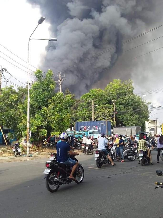 CLIP: Đang cháy dữ dội tại KCN Sóng Thần 2, giáp ranh TPHCM – Bình Dương - Ảnh 7.