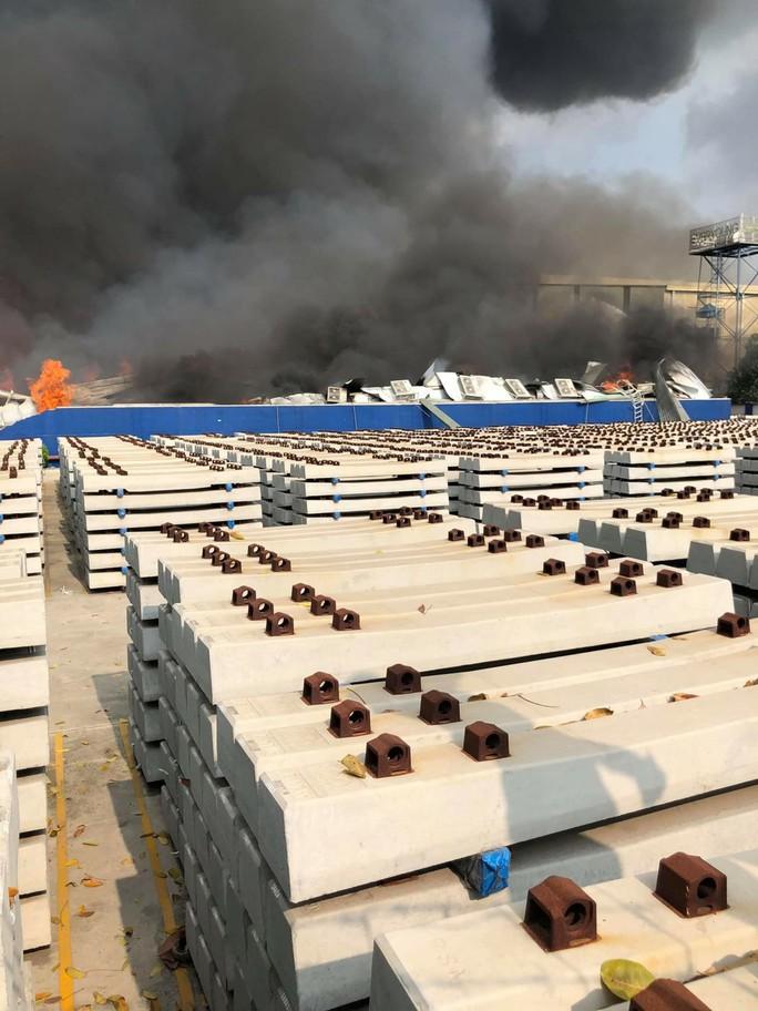 CLIP: Đang cháy dữ dội tại KCN Sóng Thần 2, giáp ranh TPHCM – Bình Dương - Ảnh 8.
