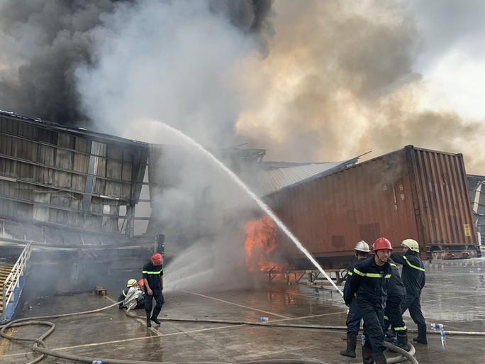 CLIP: Đang cháy dữ dội tại KCN Sóng Thần 2, giáp ranh TPHCM – Bình Dương - Ảnh 3.