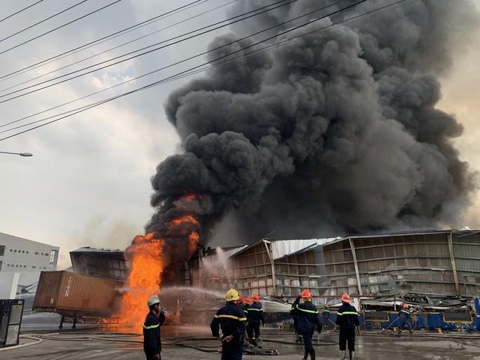 CLIP: Đang cháy dữ dội tại KCN Sóng Thần 2, giáp ranh TPHCM – Bình Dương - Ảnh 4.