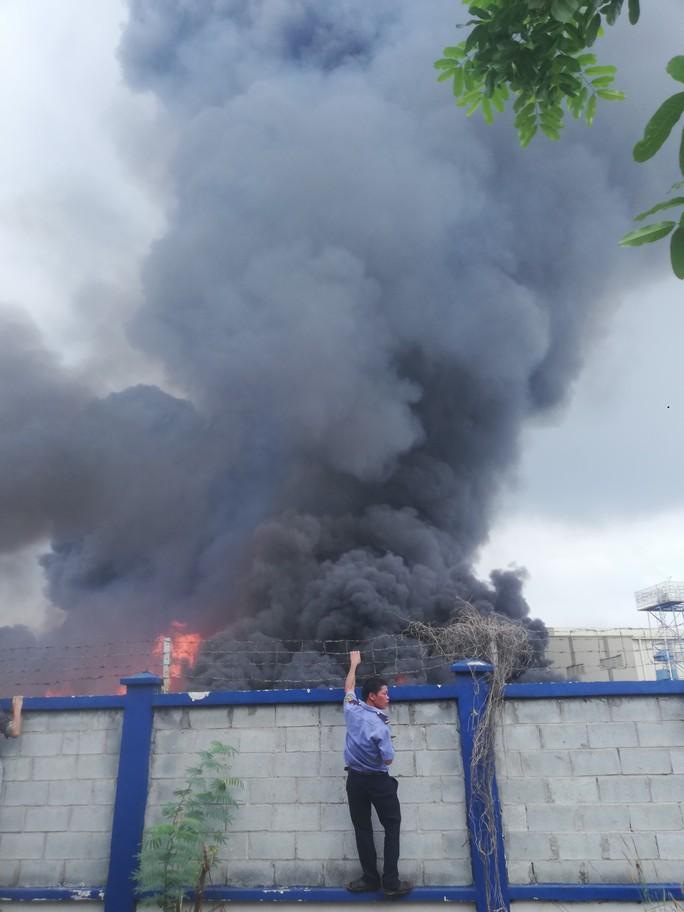 CLIP: Đang cháy dữ dội tại KCN Sóng Thần 2, giáp ranh TPHCM – Bình Dương - Ảnh 10.