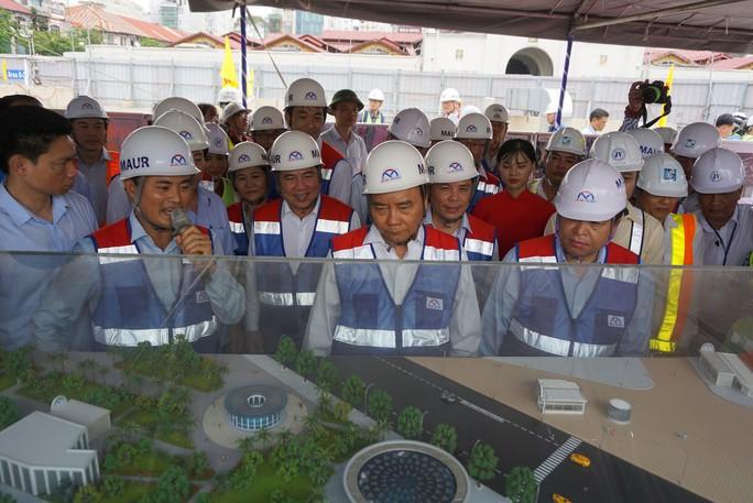 Thủ tướng Nguyễn Xuân Phúc chỉ đạo đảm bảo nguồn lực cho tuyến metro số 1 - Ảnh 1.