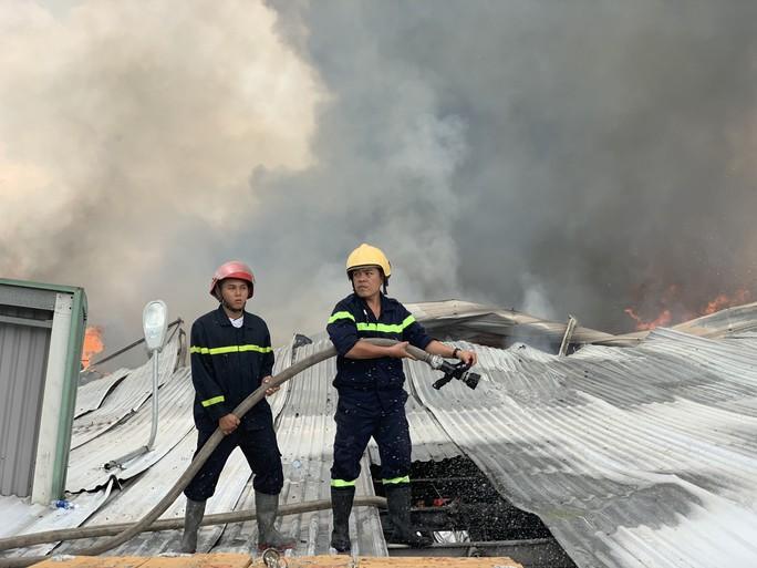 CLIP: Đang cháy dữ dội tại KCN Sóng Thần 2, giáp ranh TPHCM – Bình Dương - Ảnh 6.