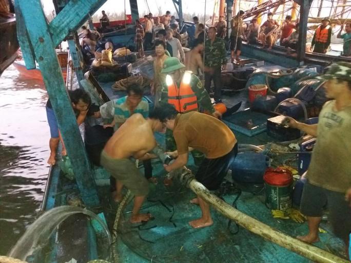 51 ngư dân gặp nạn trên biển, 2 người bị thương nặng phải nhập viện - Ảnh 1.