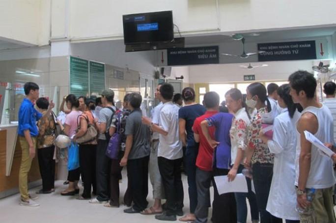 Bệnh viện Bạch Mai lên tiếng về hình ảnh xếp dép chờ khám bệnh - Ảnh 2.