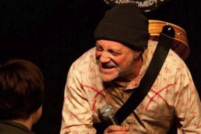 Vừa đùa về cái chết, diễn viên hài chết ngồi ngay trên sân khấu - Ảnh 1.