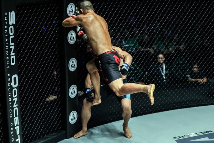 Siêu võ sĩ Việt Nam Martin Nguyễn bảo vệ thành công đai vô địch - Ảnh 2.