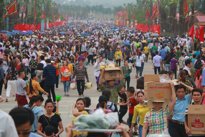 Hàng vạn du khách đổ về Đền Hùng trước ngày giỗ tổ - Ảnh 4.